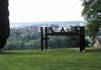 Saint Cyr sur Loire - Les collections du parc de la Perraudière - Marin Kasimir - Trois toits pour Saint-Cyr, 1991.